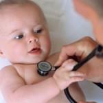 Bebe y pediatra